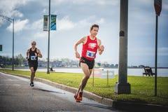 Zwei-mann, den Marathon tuend lizenzfreie stockbilder