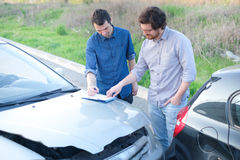 Zwei-mann, eine freundliche Vereinbarung nach Autounfall finden stockbilder