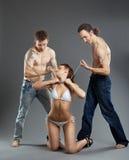 Zwei-mann nehmen Sie Frau auf Kette - bdsm Spiele Stockbilder