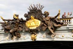 ZWEI-MANNaufenthalt AUF DER ALEXANDER III.-BRÜCKE Lizenzfreies Stockbild