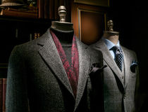 Zwei Mannequine im Mantel und in der Klage Stockbild