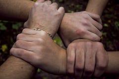 Zwei Mannhändchenhalten, das Freundschaft symbolisiert lizenzfreies stockfoto