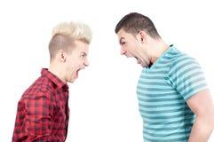Zwei-mannschreien auf einander Stockfotos