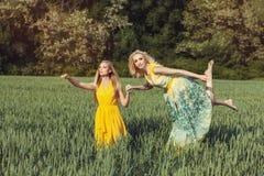 Zwei Mädchen auf dem Gebiet Stockfoto