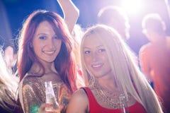 Zwei Mädchen auf Party Stockfotografie