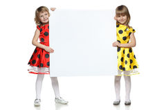 Zwei Mädchen, die ein whiteboard anhalten Stockfotografie