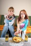 Zwei Mädchen, die Fernsehen Stockbilder