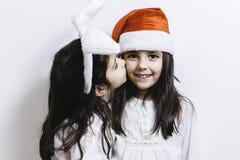 Zwei Mädchen, die für Weihnachten und Neujahrsfeiertage aufwerfen Lizenzfreie Stockbilder