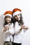 Zwei Mädchen, die für Weihnachten und Neujahrsfeiertage aufwerfen Lizenzfreie Stockfotos