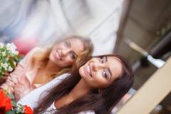 Zwei Mädchen draußen Stockbild