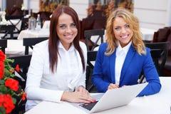 Zwei Mädchen mit Laptop Stockfoto