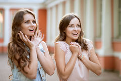 Zwei Mädchen sind sehr überrascht Stockfotos