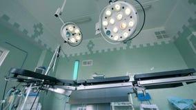 Zwei medizinische Lampen, die über dem Birthingstuhl hängen stock video