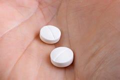 Zwei Medizinpillen, Nahaufnahme lizenzfreies stockfoto