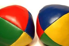Zwei mehrfarbige jonglierende Kugeln Stockfotografie