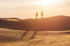 Zwei menschliche Schattenbilder in der Sandwüste Lizenzfreie Stockfotos