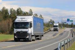 Zwei Mercedes-Benz Actros Trucks auf der Straße Stockfotos