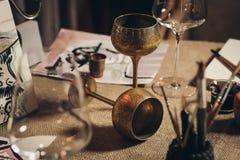 Zwei Metalleuropäische Weinbecher lizenzfreie stockbilder