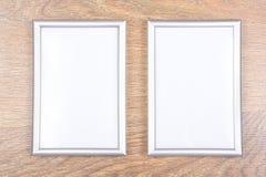Zwei Metallfotorahmen auf dem Tisch Stockbild