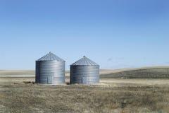 Zwei Metallkorn-Stauräume lizenzfreies stockfoto