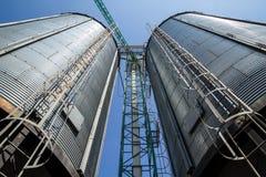 Zwei Metallsilo agriculure Getreidespeicher Stockbilder