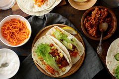 Zwei mexikanische Tacos mit Hackfleisch und verschiedenen Bestandteilen Stockbild