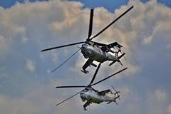 Zwei Militärhubschrauber, die zusammen - Armee und Wehrtechnikdemonstrationen fliegen Lizenzfreies Stockbild