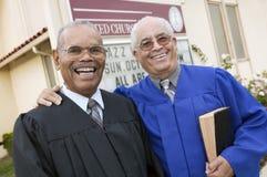 Zwei Minister vor Kirchenporträt Lizenzfreies Stockfoto