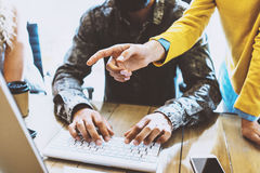 Zwei Mitarbeiter, die in einem Büro zusammenarbeiten Mann, der auf Computertastatur schreibt Weibliche Hand, die auf Tischplatten Stockfotografie