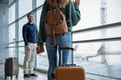 Zwei miteinander sagende Erwachsene Auf Wiedersehen Lizenzfreies Stockfoto
