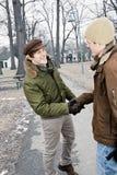 Zwei Männer, die Hände im Park rütteln Stockfotos