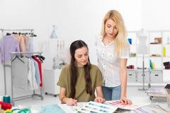 Zwei Modedesigner, die zusammenarbeiten Lizenzfreie Stockbilder