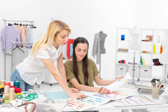 Zwei Modedesigner, die zusammenarbeiten Stockbild
