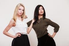 Zwei Modefrauen kaukasisch und afrikanisch lizenzfreies stockfoto