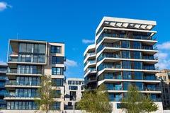 Zwei moderne Apartmenthäuser Stockbilder