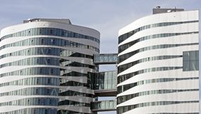 Zwei moderne Glaskontrolltürme Stockbild