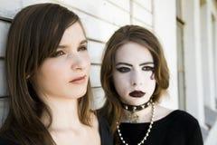Zwei moderne Jugendliche stockbild