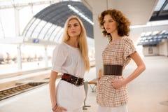 Zwei moderne Mädchen Stockfotografie