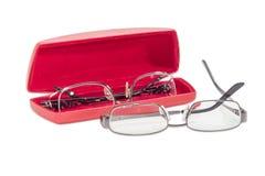 Zwei moderne Paare von Brillen und von rotem Glaskasten lizenzfreie stockfotos