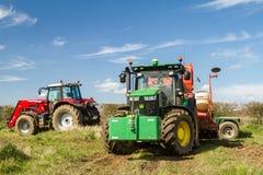 Zwei moderne Traktoren parkten oben nach bohrendem Samen auf dem Gebiet Stockfoto