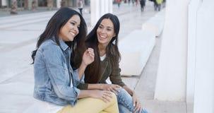 Zwei modische junge entspannende Frauen Stockfotografie