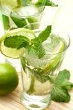 Zwei mojito Cocktails auf hölzernem Hintergrund lizenzfreies stockfoto