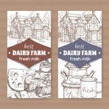 Zwei Molkerei-Shopaufkleber mit Bauernhaus, Milchdose, Becher und Käseplatte vektor abbildung