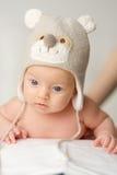 Zwei Monate alte Baby im lustigen Hut Lizenzfreies Stockfoto