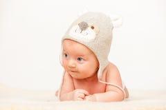 Zwei Monate alte Baby im lustigen Hut Lizenzfreie Stockfotos