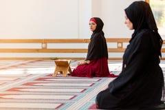Zwei moslemische betende Frauen Lizenzfreie Stockfotos