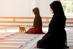 Zwei moslemische betende Frauen Stockbild