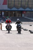 Zwei Motorradfahrer auf Bahn Lizenzfreie Stockbilder