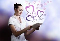 Zwei Mouses werden dem roten Liebes-Herzen in Weiß lokalisiertem Hintergrund angeschlossen Lizenzfreie Stockfotografie