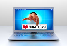 Zwei Mouses werden dem roten Liebes-Herzen in Weiß lokalisiertem Hintergrund angeschlossen Stockfoto